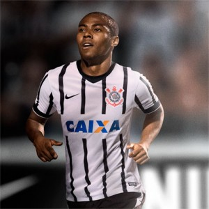 Camisa do Corinthians de 2014 - Elias vestindo o uniforme 1 do Corinthians