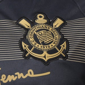Camisa do Corinthians de 2018 - Detalhe do escudo no uniforme III