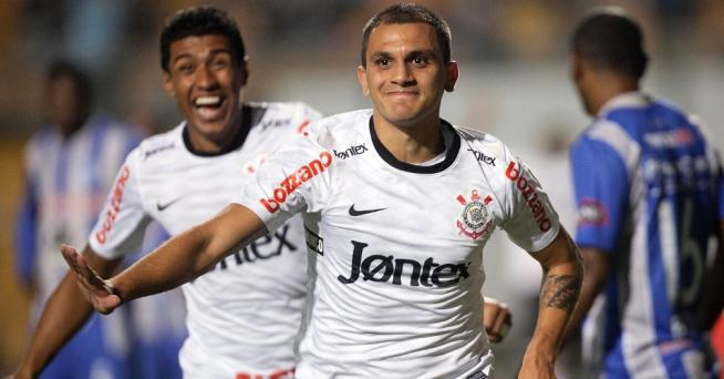 5995aa1d94 Fabio Santos comemora o gol que abriu o placar contra o Emelec ...