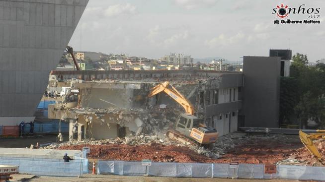 Antigo alojamento da base sendo demolido