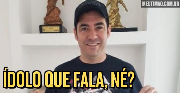 Chicão ganha camisa personalizada do Corinthians em visita ao CT  veja a  imagem 16bdcf8d6c3e6