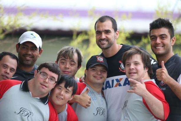 Elenco profissional recebeu a equipe paraolímpica do clube para celebrar Dia da Síndrome de Down