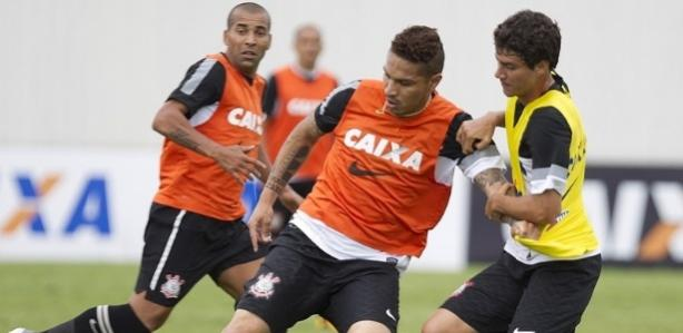 Guerrero protege a bola observado por Emerson; dupla tem dado certo no Corinthians