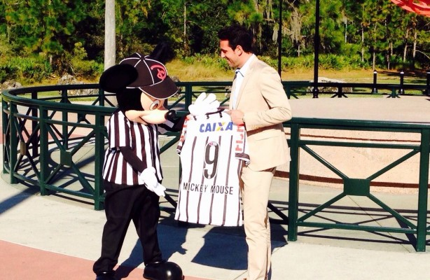 Mickey Mouse recebe a camisa do Corinthians