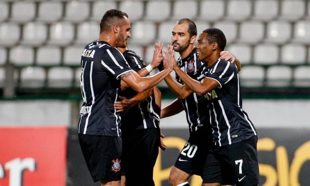 Elias comemora gol da classificação ao lado dos companheiros