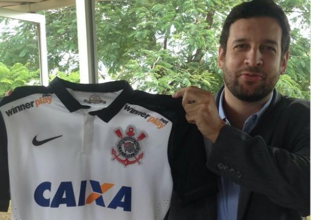 Gustavo Herbetta mostra a nova camisa do Corinthians c7984504ab5c4