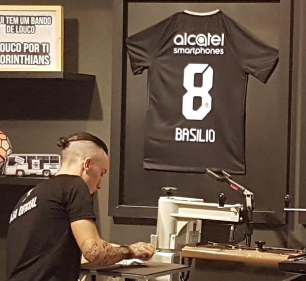 Camisa 8 com nome de Basílio sendo exibida na loja oficial da Arena  Corinthians b1b9c2520a519