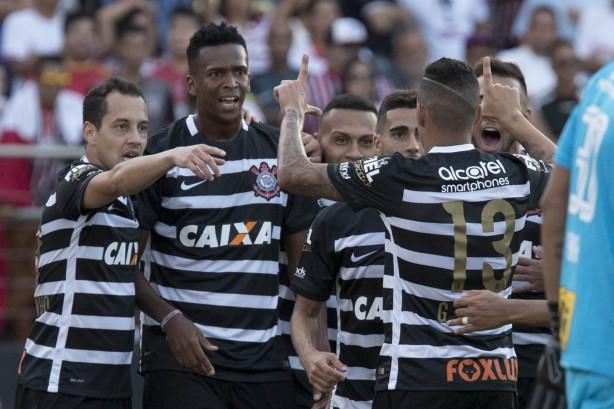 Jô e Arana celebram gol do atacante diante do rival São Paulo 81f026b636d20