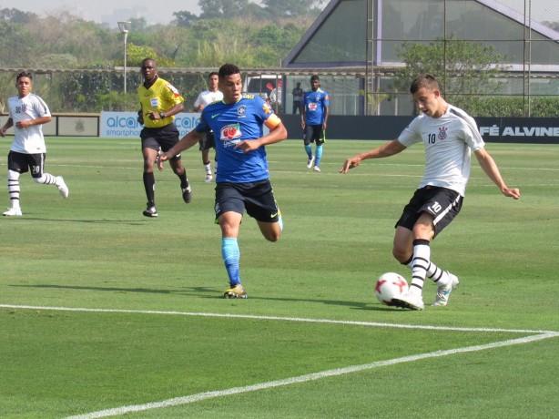 79725f91d0 Zagueiro Carlos durante partida contra a Seleção Brasileira Sub-17