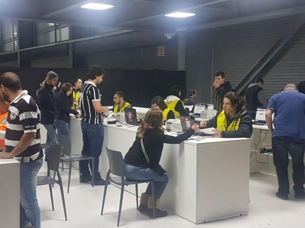 e2fc78162e Torcedores do Corinthians fazem cadastro biométrico para entrar na ...