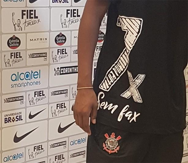 80e60beecd Funcionários do Corinthians provocam rivais com camiseta   Hepta sem ...