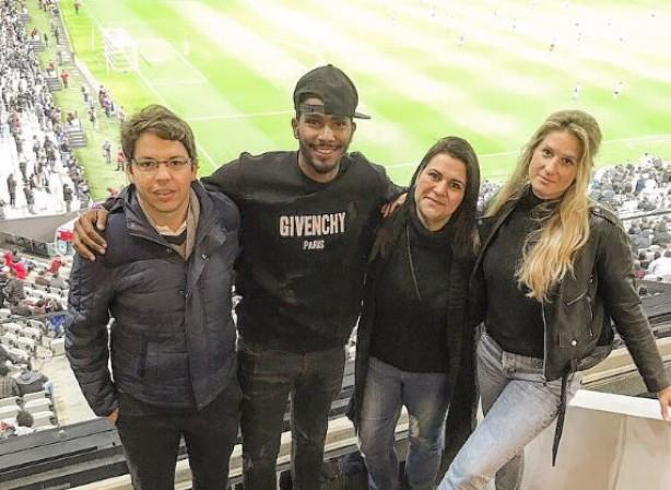 7389b7928f Renato Neto (de boné) durante jogo do Corinthians contra o Millonarios na  Arena