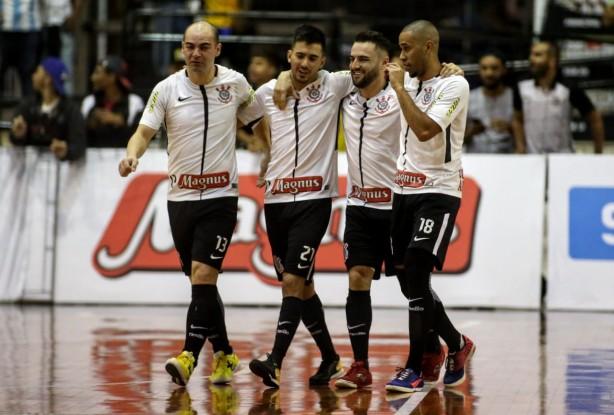 1f3bcb57f4 Corinthians goleia em Joinville e abre vantagem na final da Copa do ...