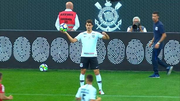 Danilo Avelar durante o empate entre Corinthians e Internacional neste  domingo 90692361a217f
