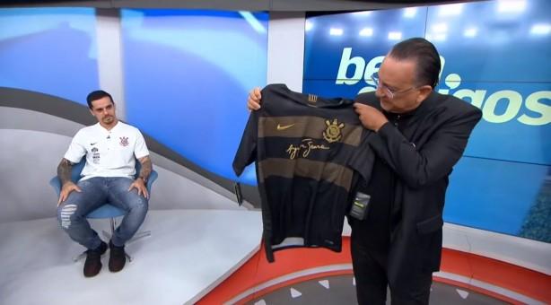 Galvão Bueno recebeu camisa do Corinthians no programa desta segunda-feira 4a79a16d0bbcd
