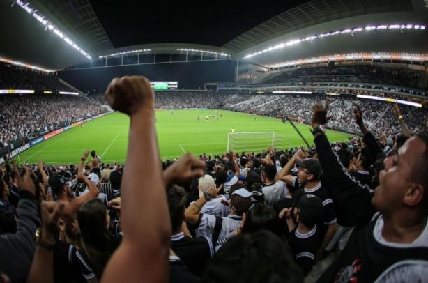 Torcida do Corinthians subiu o tom mesmo após time levar o terceiro gol do  Flamengo 8daf86d3bc900