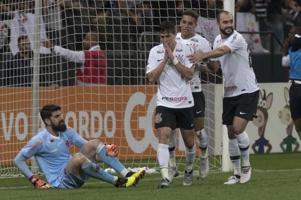 Jogadores comemoraram o gol de Vital  o camisa 22 foi discreto 5ae8ed9710cc8