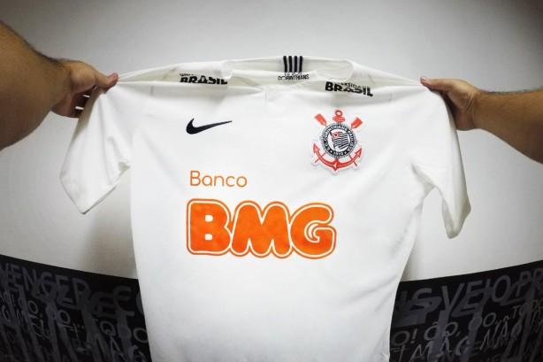 30407a1846ed3 Camisas do Corinthians estão sendo espalhadas pelo BMG nas ruas de São  Paulo neste sábado