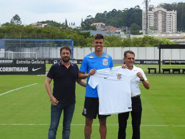 Corinthians limpa camisa na apresentação dos reforços  clube explica ... e3c77e4277c9a