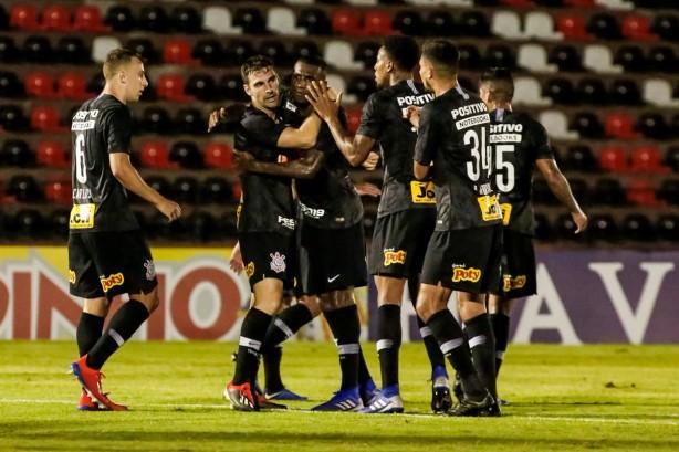 Boselli comemora primeiro gol pelo Timão com Gustavo e companheiros de  equipe 0b1e17156cfb4