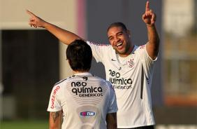 Adriano sorri com Willian durante treino do Corinthians