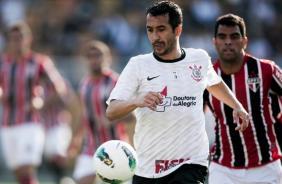 Douglas com a bola durante clássico contra o São Paulo no Pacaembu