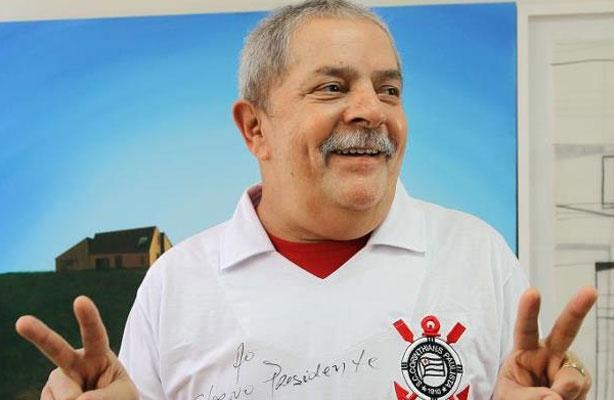 Lula posa com a camisa doCorinthians antes da grande final