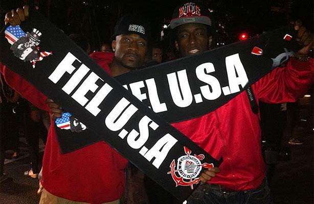 Rappers americanos com a faixa da Fiel U.S.A.