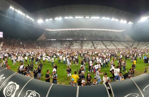 253e0e170e VÍDEO  Treino na Arena  invasão ao gramado e agradecimento dos jogadores