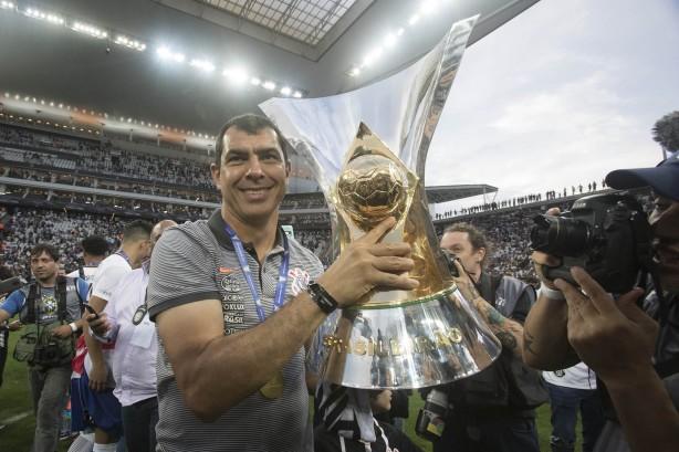 d98ff8de92 Carille posa com taça de campeão brasileiro na Arena Corinthians  treinador  está de volta