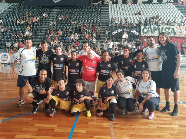 Trio do Timão ao lado do futsal Down do Corinthians, campeão da Copa Down