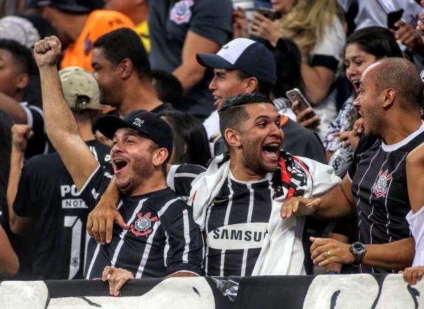 6691a384f4 Fiel e Corinthians voltam a se encontrar na Arena depois de pausa para a  Copa