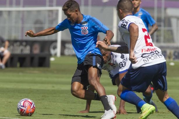 Pedrinho cercado por jogadores do Nacional em jogo-treino no CT 5409f2394c5f2