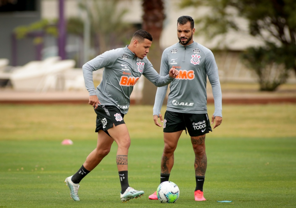 Os laterais Sidcley e Michel no treino do Corinthians desta segunda-feira, no CT Dr. Joaquim Grava