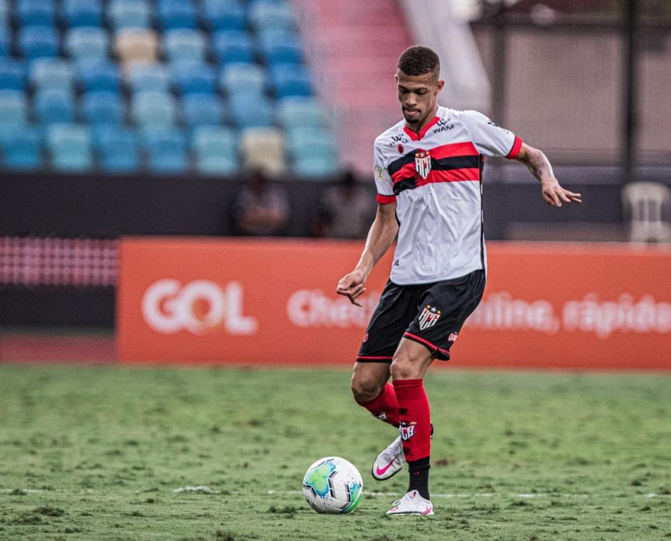 Emprestado ao Atlético-GO, zagueiro diz que Mancini pode facilitar seu retorno ao Corinthians